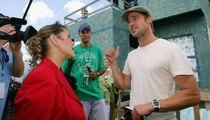 Брэд Питт общается с жителями района и журналистами.