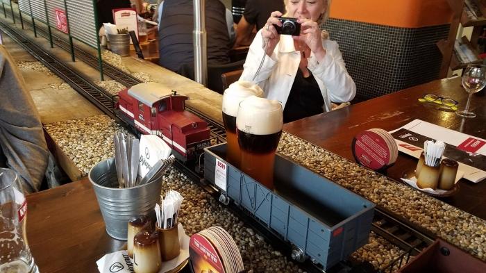 Посетители в восторге, когда на поезде к ним прибывает пиво с пеной и искрящимися пузырьками. | Фото: articlelike.com.