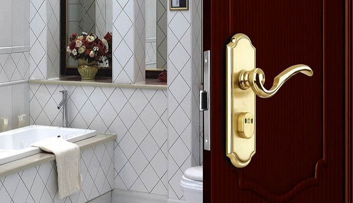 Нельзя устанавливать только внутренние замки в ванной и туалете.