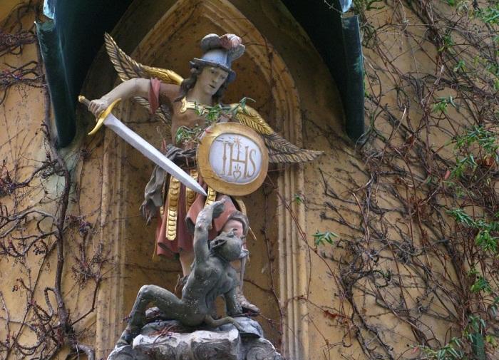 В нишах домов расположены фигуры ангелов и святых.