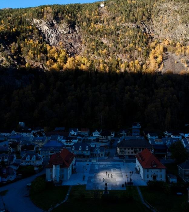 Мощный луч солнца в глубокой тени окружающих гор теперь радует горожан и привлекает туристов (Rjukan, Норвегия). | Фото: federicoborella.com.