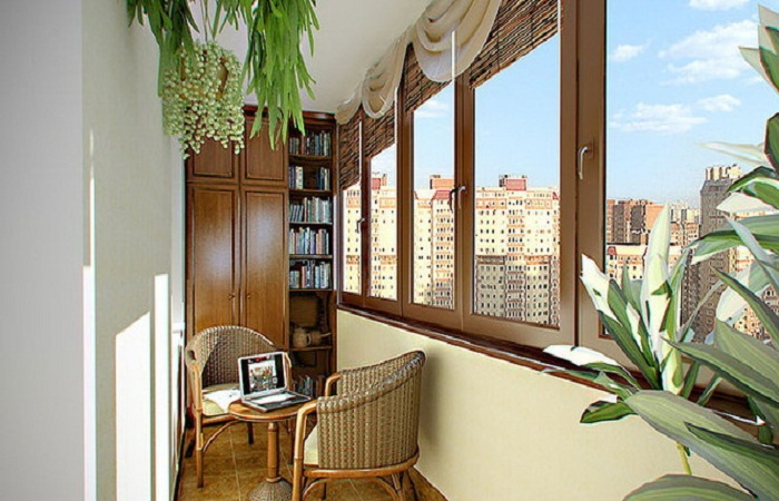 Как организовать не только зону хранения, но и зону отдыха на балконе.