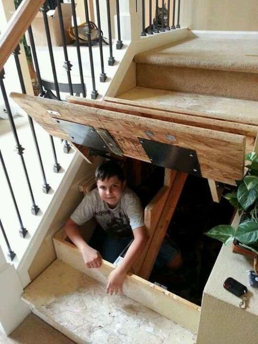 Лестница может превратиться в особенное тайное местечко для вашего ребенка, если хорошенько все спланировать и обустроить. | Фото: pinterest.ca.