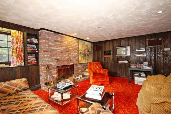 Одна из гостиных оформлена в ярких оранжево-коричневых тонах (ретро-дом в Фрамингеме, США). | Фото: nypost.com.