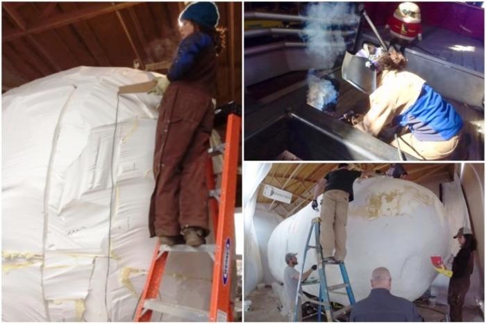 Девушка наравне с подрядчиками выполняла всю необходимую работу. | Фото: youtube.com.
