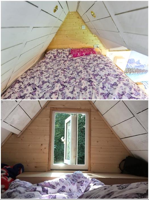 На втором ярусе обустроена спальня, в которой есть мансардное окно. | Фото: instagram.com/ © Toms Tiny Home Project.