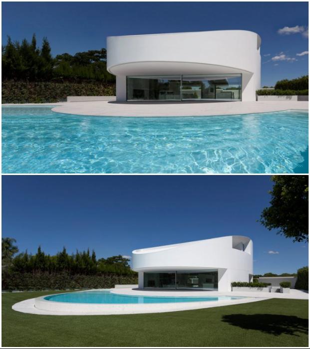 Эллипсообразный особняк Balint House создала архстудия Fran Silvestre Arquitectos (пригород Валенсии, Испания).