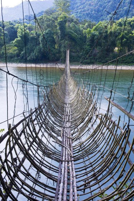 Подвесной мост из бамбуковых веток в Аруначал-Прадеш (Индия). Фото: diddlybop.ru.