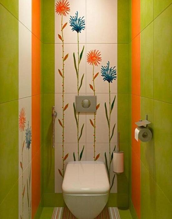 Яркое оформление туалетной комнаты площадью 1 квадратный метр.