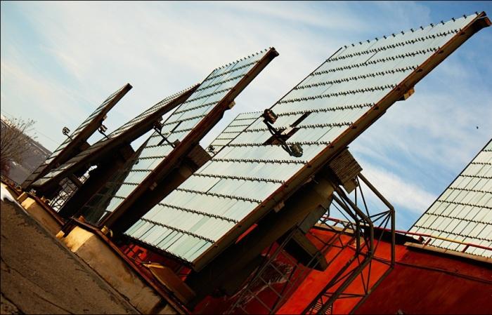 Каждый гелиостат подключен к автоматической системе, которая контролирует его повороты в зависимости от движения солнца (Гелиокомплекс «Солнце», Узбекистан). | Фото: victorborisov.livejournal.com.
