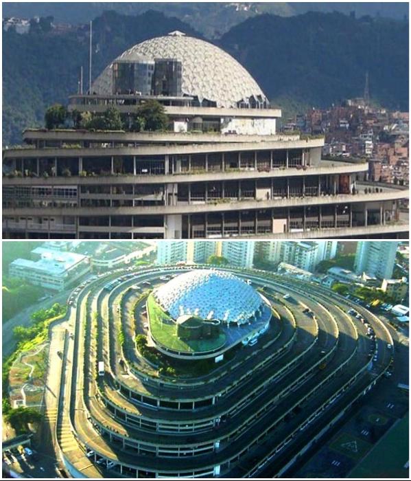 Знаменитый купол, спроектированный в стиле гениального изобретателя и архитектора Бакминстера Фуллера, был воздвигнут лишь в 80-х гг. («El Helicoide», Каракас). | Фото: deni-didro.livejournal.com/ pinterest.com.
