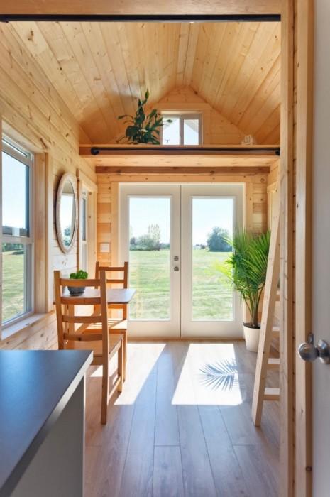 Полка-чердак станет вместительным местом для хранения различных вещей («Poco Pink», Канада). | Фото: tinyhousetalk.com.
