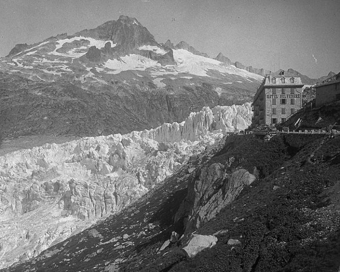 На крутом повороте горного серпантина в 1882 году была построена гостиница (Альпы, Швейцария).