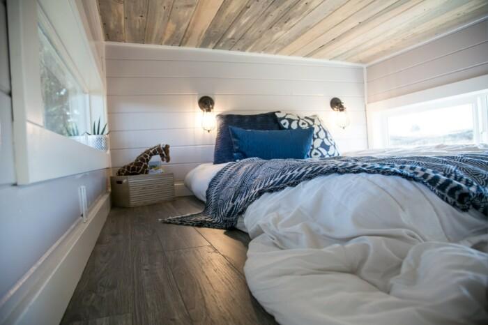 Спальню обустроили на лофтовом уровне крошечного дома. © Tiny Heirloom.