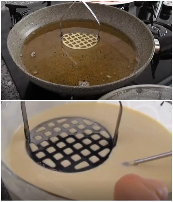 Перед тем как набирать слой теста на пластину толкушки, ее нужно окунуть в разогретое масло и хорошенько стряхнуть лишний продукт. | Фото: youtube.com/ © Pratik Yemek Tarifleri;.