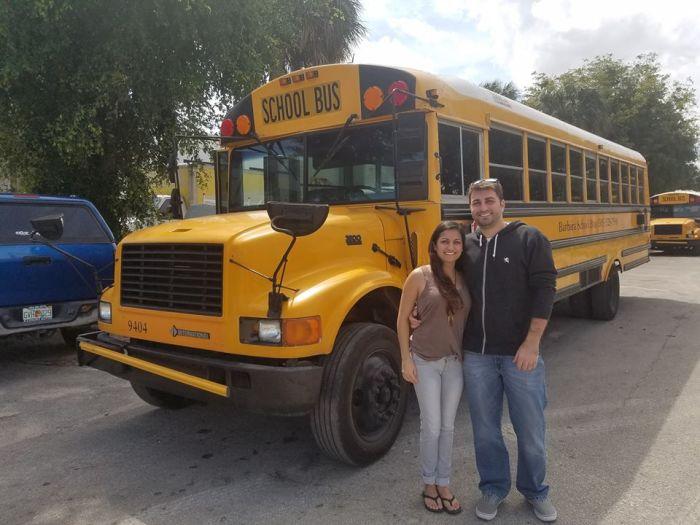 Влюбленная пара Присцилла и Робби из Орландо купили старый школьный автобус Thomas 1988 г. для его полной трансформации. | Фото: facebook.com/ © Going Boundless.