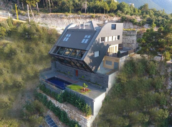 Дом возводился на многоступенчатой монолитно-бетонной платформе (CH730 Villa, Chnaniir). | Фото: newatlas.com.