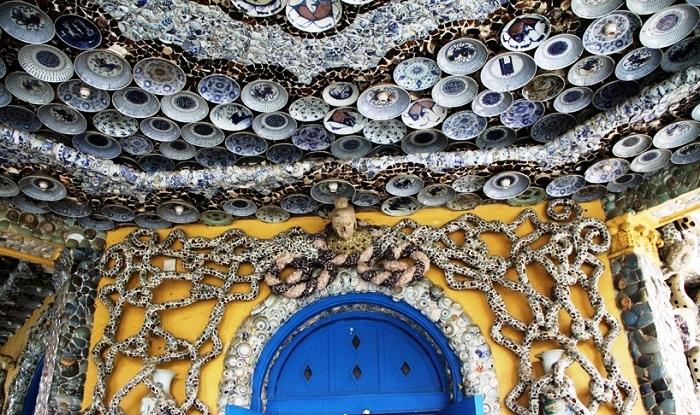 Козырек над крыльцом Фарфорового дома (Tianjin, Китай).