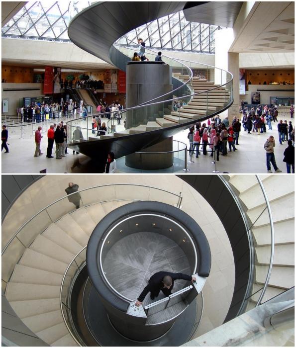 Гидравлический лифт в пирамиде Лувра является уникальным творением современных инженеров (Париж, Франция).