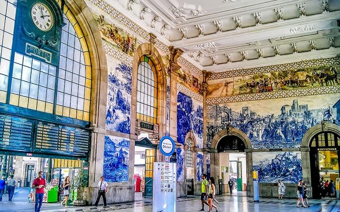 Интерьер вокзала оформлен по всем канонам неоклассицизма (Порту).