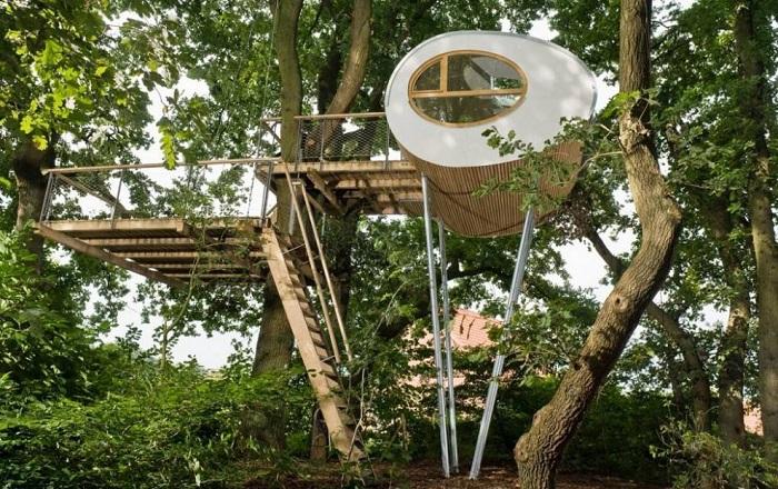 Открытые террасы и деревянная лестница украшают домик на дереве («Луиза», Германия). | Фото: viagginews.com.