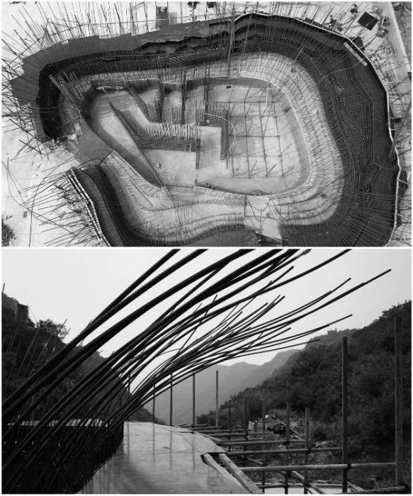 Арматура и бетон, с вкраплениями частиц местной горной породы, призваны имитировать «доисторический валун» («Chapel of Sound», Китай. | Фото: archdaily.com.