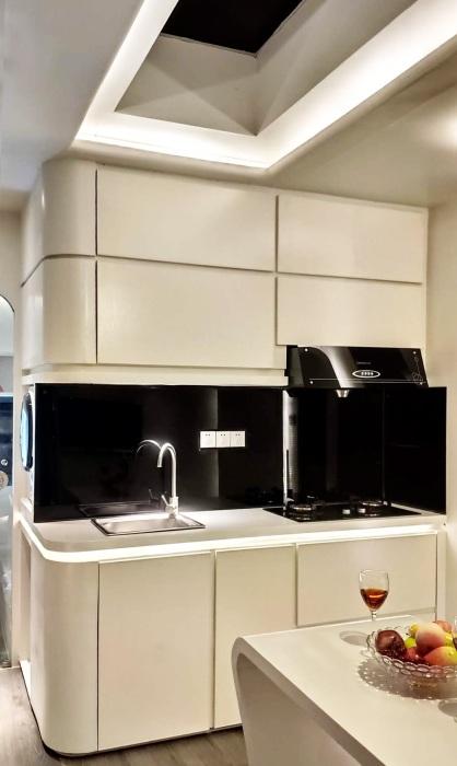 Современная кухня в смарт-доме («Cube Two»). | Фото: tinyhousetalk.com.