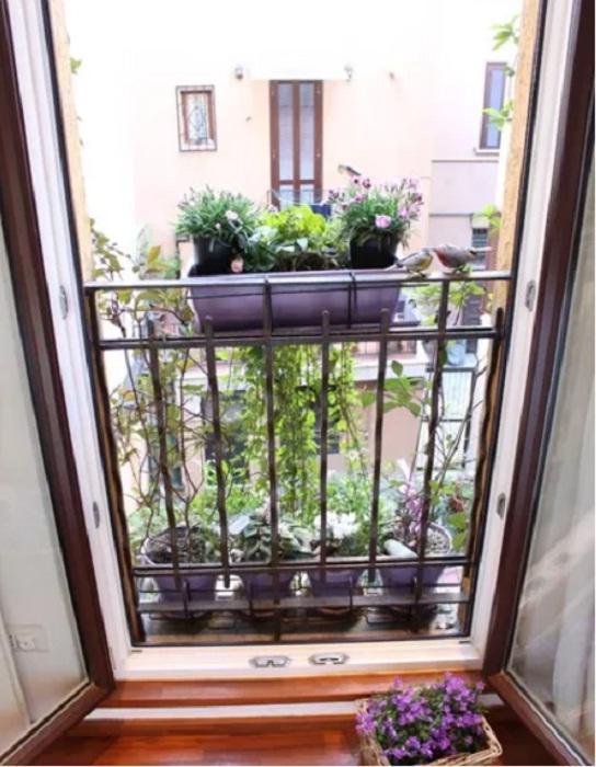 Восхитительный балкон со стеклянной дверью — главное украшение всей квартиры.