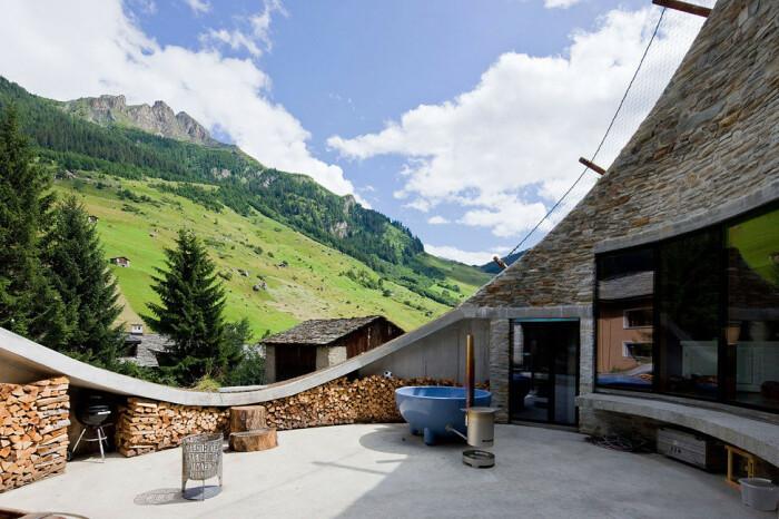 Летом на открытой террасе можно даже ванны принимать, наслаждаясь пейзажем или звездным небом (Villa Vals, Швейцария).   Фото: simpleandinteresting.wordpress.com.