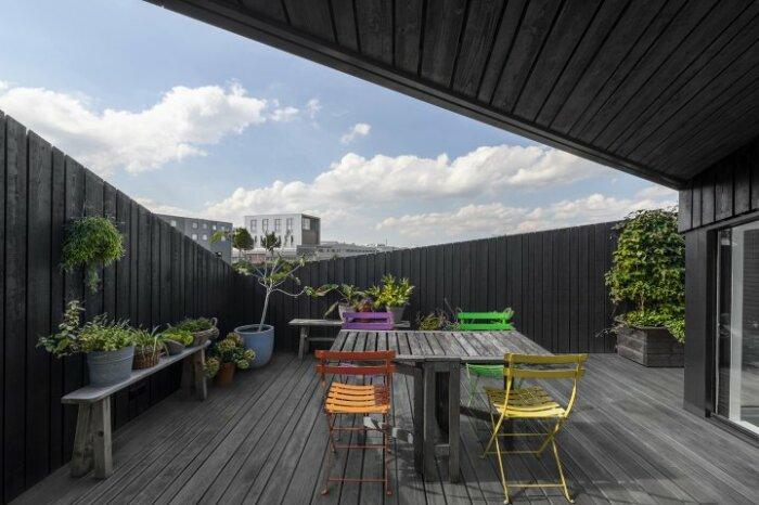 Зона отдыха на лоджии, расположенной на уровне крыши плавучего дома (Schoonschip, Амстердам). | Фото: innovation.24tv.ua.