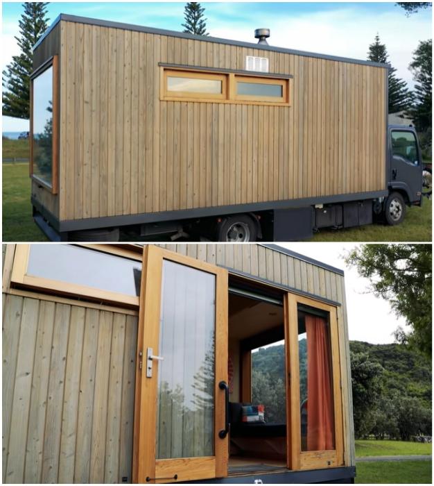 При оформлении крошечного домика на колесах использовалось натуральное дерево вплоть до оконных рам и дверей.