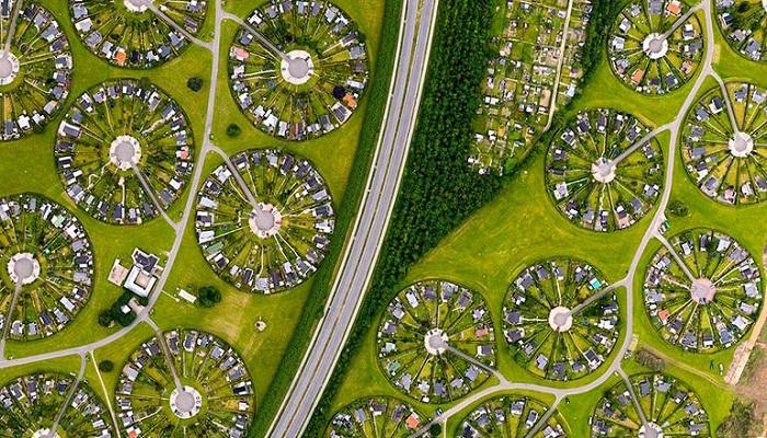 Завораживающие круги в пригороде Копенгагена оказались утопающем в зелени городом-садом (Брондбю, Дания). | Фото: pro-remont.mediasalt.ru.