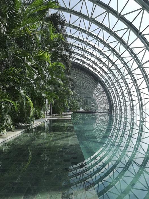 Горизонтальный небоскреб может похвастаться собственным парком и видовым бассейном, который в скором времени тоже откроется («Crystal», Китай). | Фото: designboom.com.
