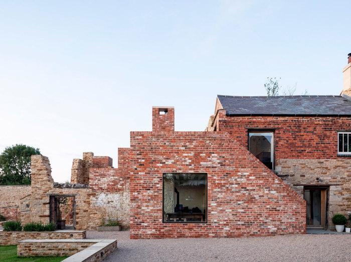 Многоступенчатый фасад средневекового комплекса создает иллюзию древних развалин даже после проведенной реставрации. | Фото: archidea.com.ua/ © Johan Dehlin.