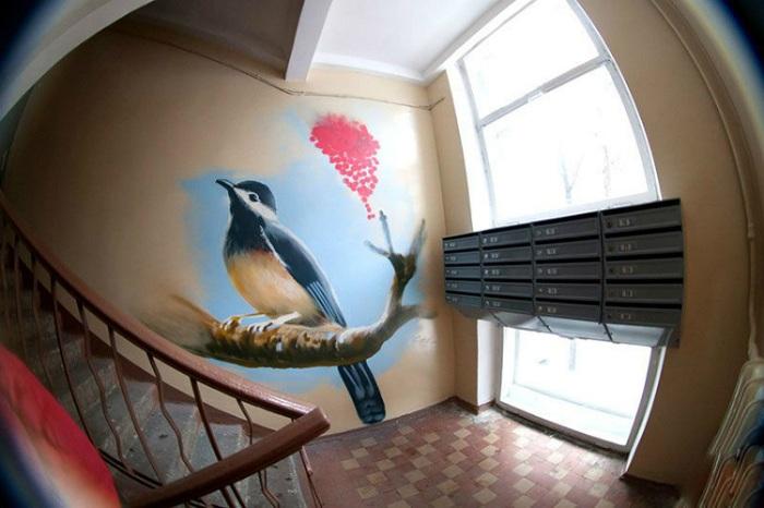 Стены второго этажа украшает певчая птица, которая выглядит как живая. | Фото: golbis.com.