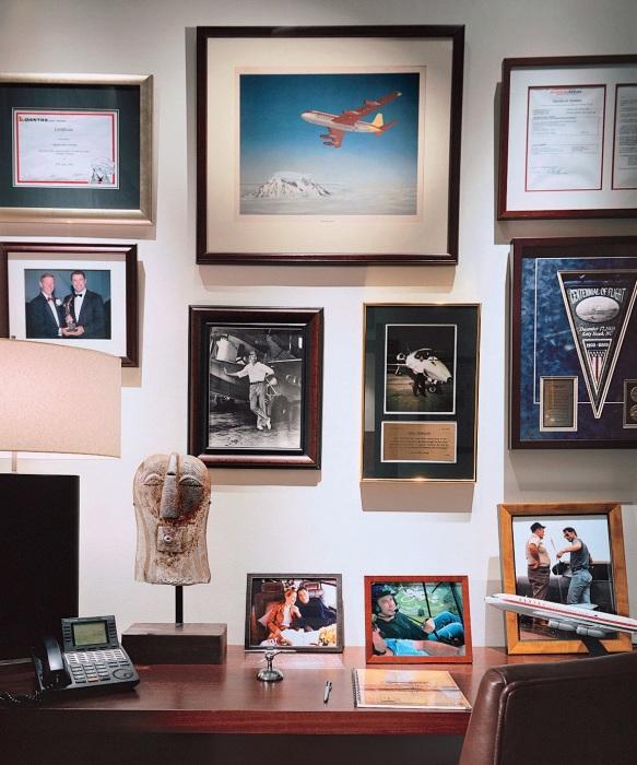 Интерьер кабинета в особняке Джона Траволты. | Фото: architecturaldigest.com.