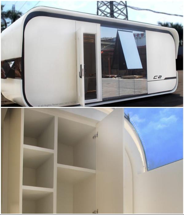 Стеклянная раздвижная дверь и окна на крыше смарт-дома «Cube Two» обеспечивают приток солнечного света («Cube Two»). | Фото: tinyhousetalk.com.
