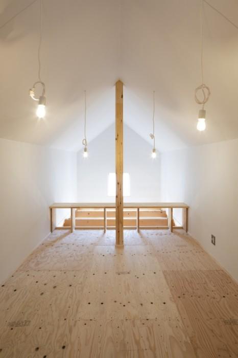 На мансарде подготовили место под уютную спальню. | Фото: newatlas.com.