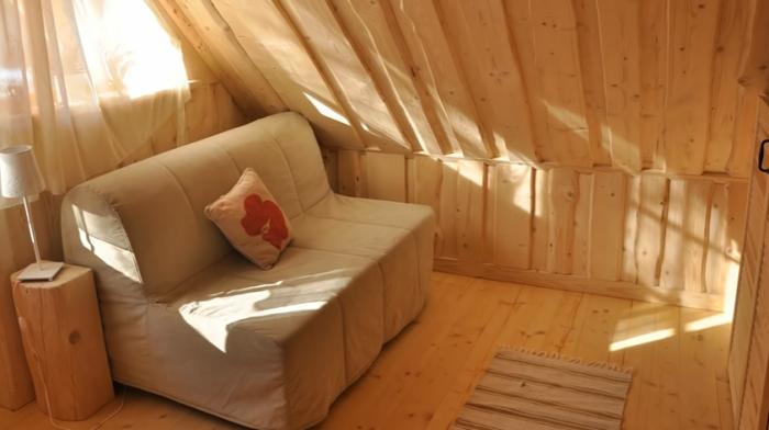Маленький диванчик в любой момент станет дополнительным спальным местом («Stunning Gate Lodge»). | Фото: youtube.com/ © Vuong Le.