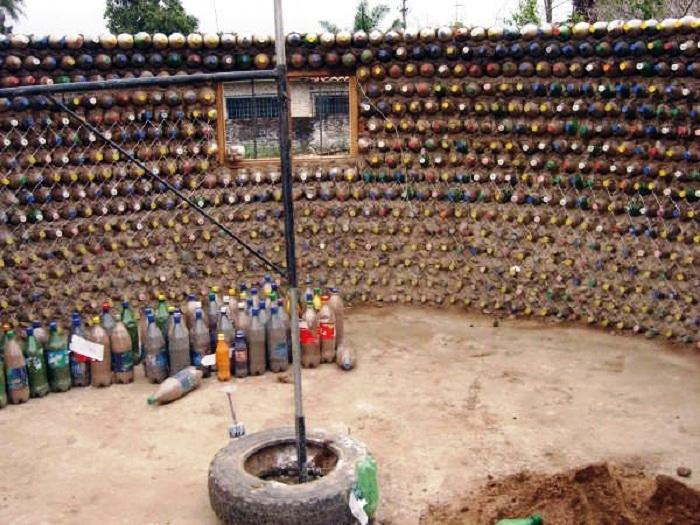 Дом из пластиковых бутылок изнутри. | Фото: ezermester.hu.
