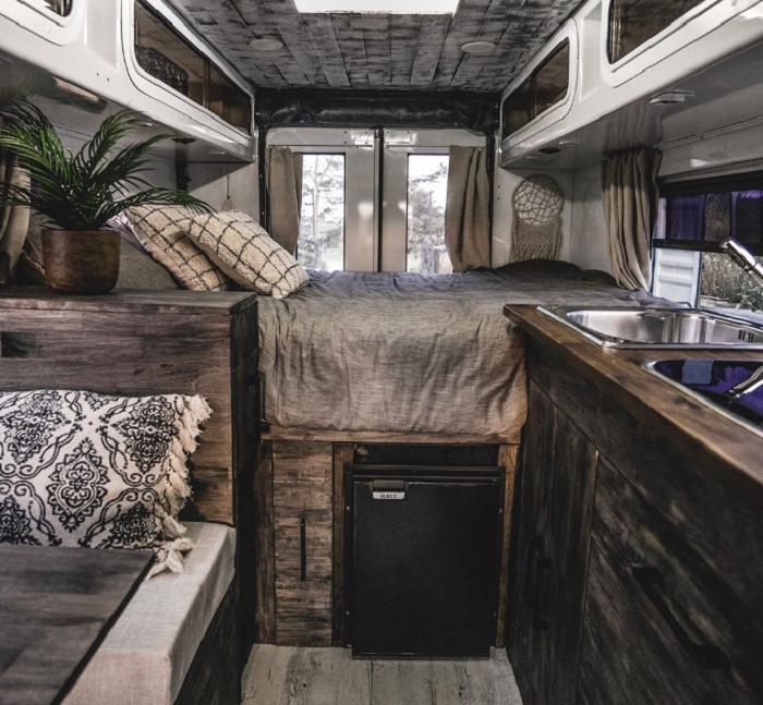 Для того, что организовать вместительные системы хранения, кровать поместили на высокий подиум. | Фото: instagram.com/ © ontheroad_trip_again.