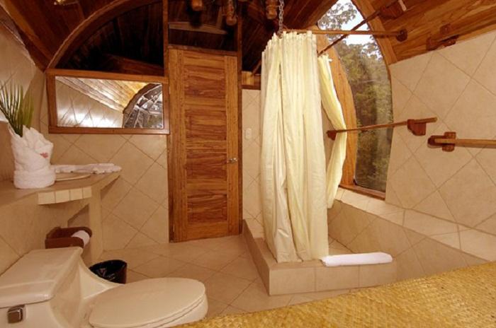 Одна из ванных комнат, расположенных в Боинге 727 (Hotel Costa Verde). | Фото: lifeglobe.net.