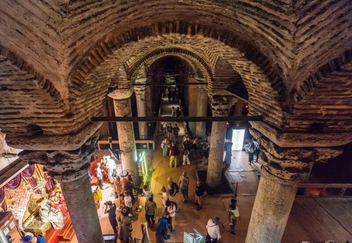 Преодолев 52 ступени, посетители попадают в подземный дворец, который служил обычным водохранилищем (Basilica Cistern, Стамбул). | Фото: vladimirdar.livejournal.com.