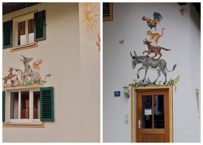Мотивы сказки Бременские музыканты можно найти на фасаде одного из домов деревни, (Обераммергау, Германия).