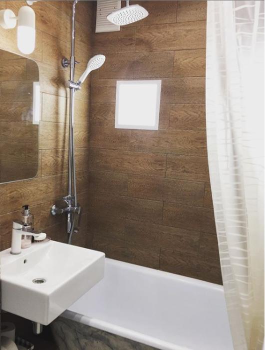 Интерьер ванной комнаты в переделанной малогабаритной «хрущевке». | Фото: instagram.com/ oksanamatyash.