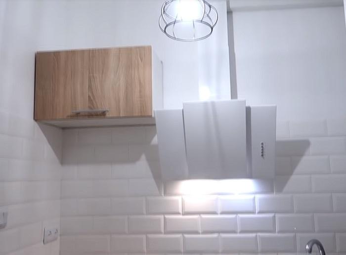 На свободной вертикальной поверхности планируют повесить сушилку для посуды и микроволновую печь. | Фото: youtube.com.