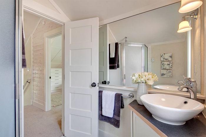 Ванная комната на втором этаже крошечного загородного дома Kvale Hytte (США). | Фото: smallhouseswoon.com.