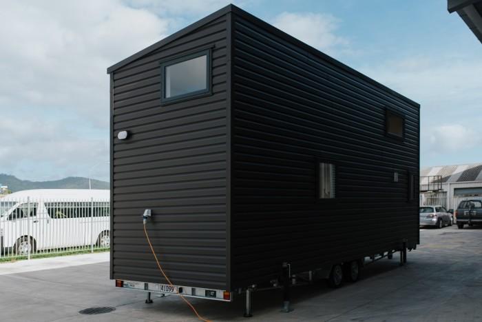 Пока еще не установлены солнечные батареи, приходится жить на тех стоянках, где есть электричество («Home Haven», Новая Зеландия). | Фото: newatlas.com.