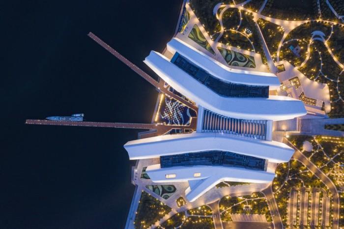 В Китае открылся первый Национальный морской музей, часть которого «уходит» в залив на 42 м (Набережная Тяньцзинь). | Фото: newatlas.com.