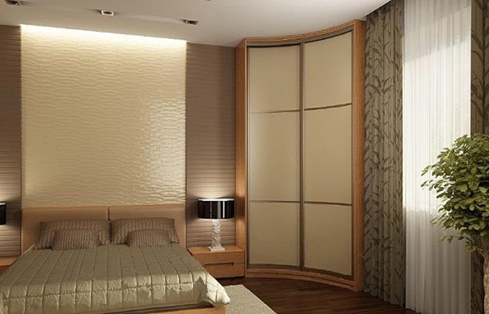 Интересный вариант углового шкафа-купе в спальне.